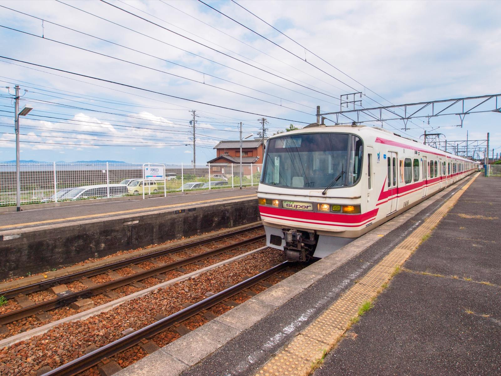 河和口駅に到着する特急名古屋行きの列車