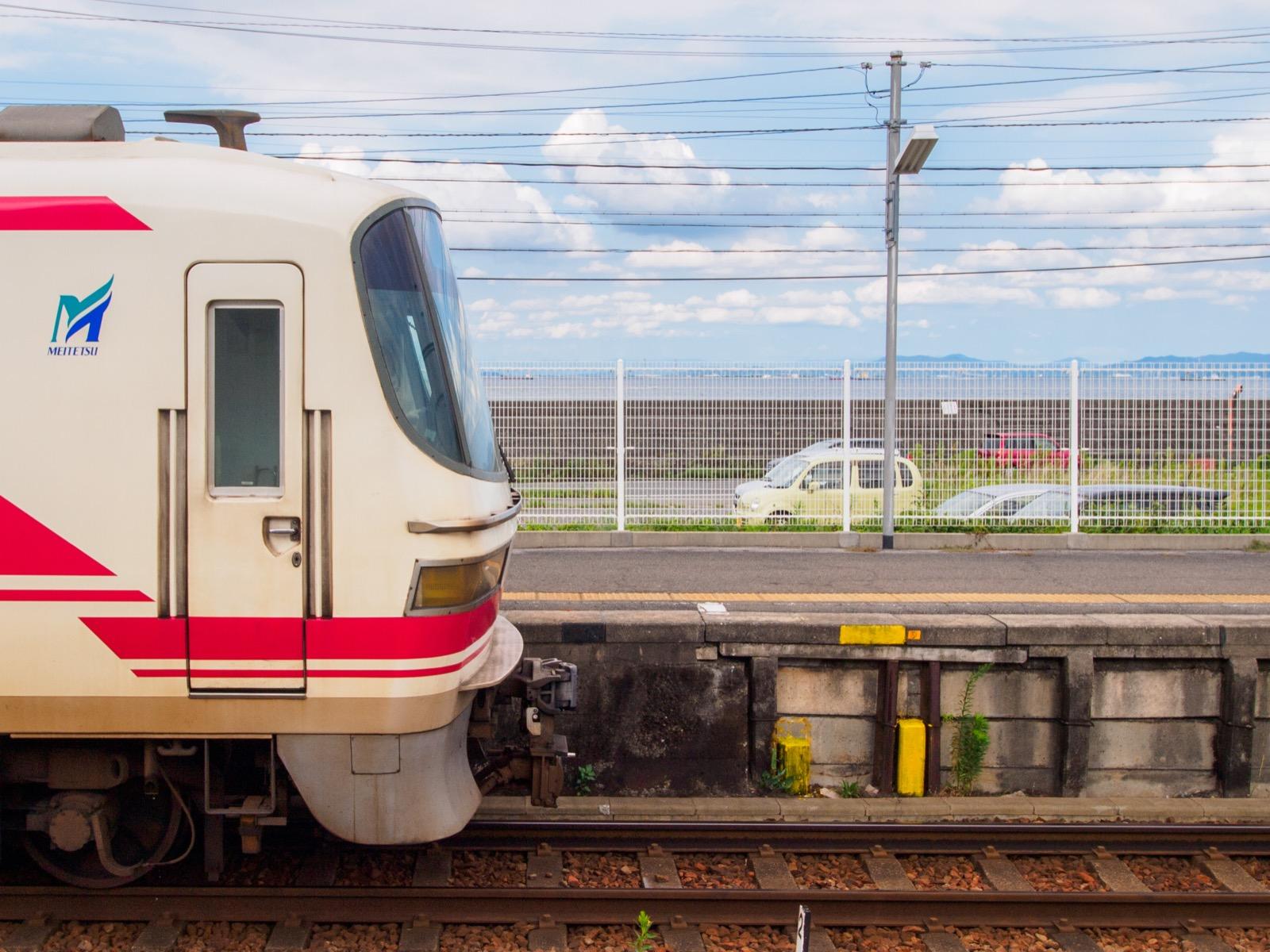 河和口駅のホームから見える三河湾と列車