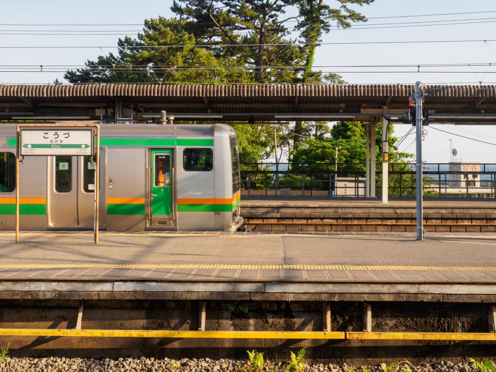 国府津駅のホームと相模湾