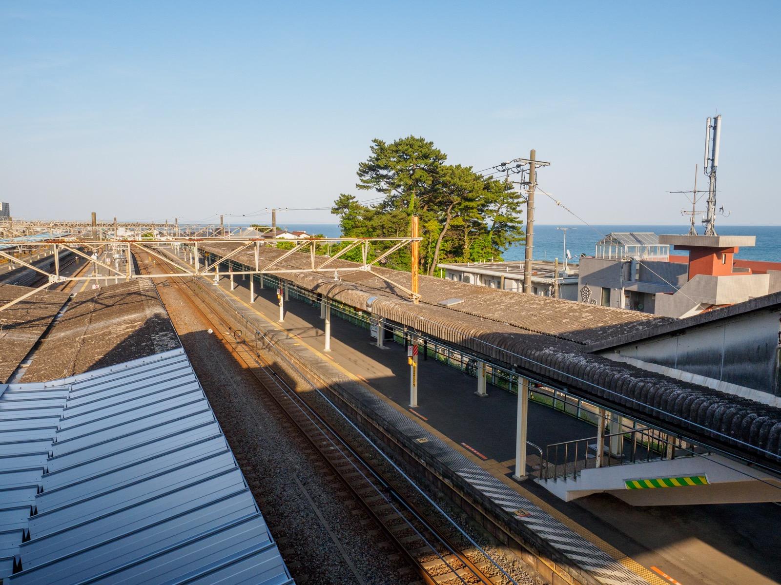 国府津駅の跨線橋から見た相模湾