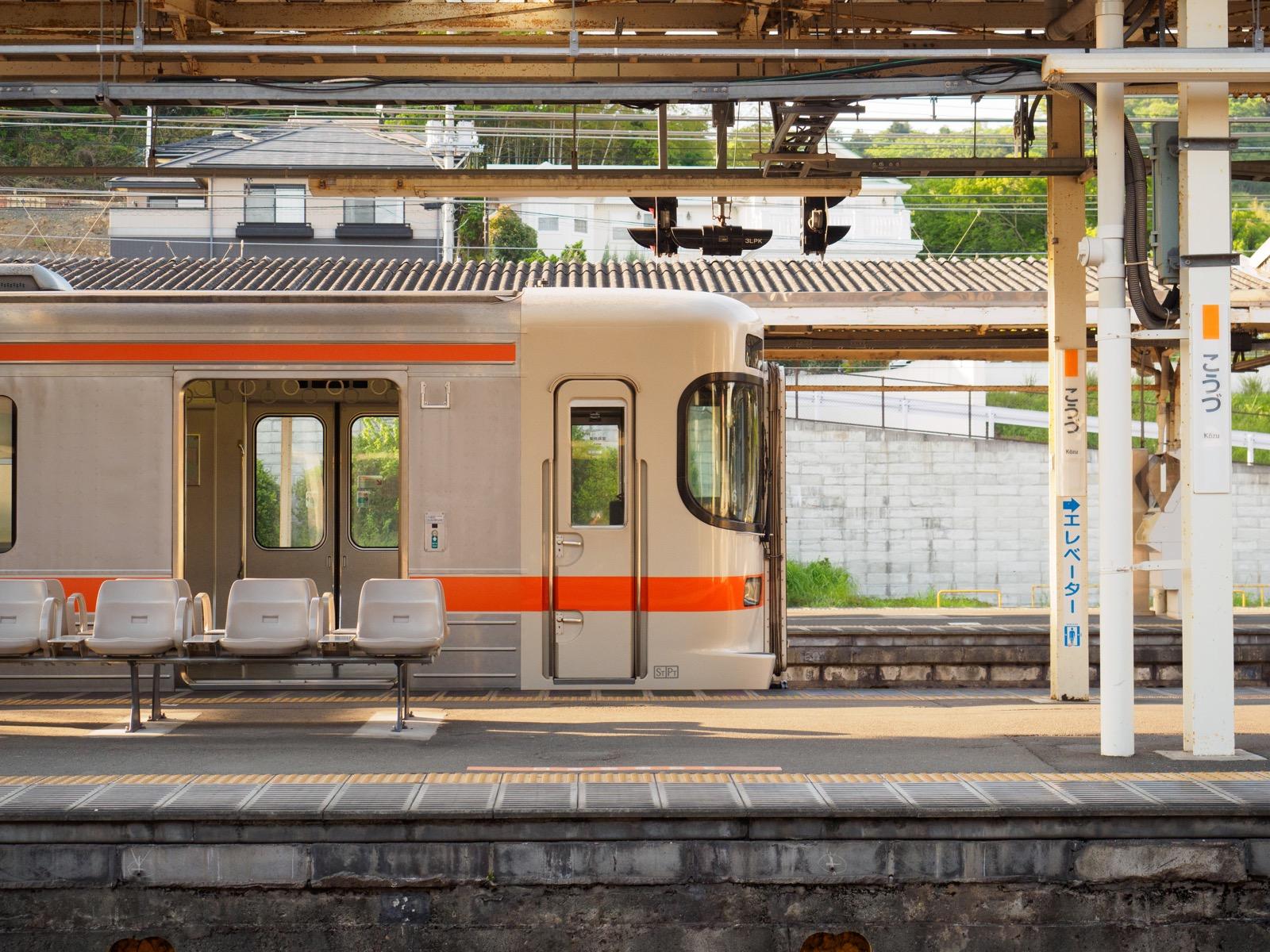 国府津駅に停車する御殿場線の列車