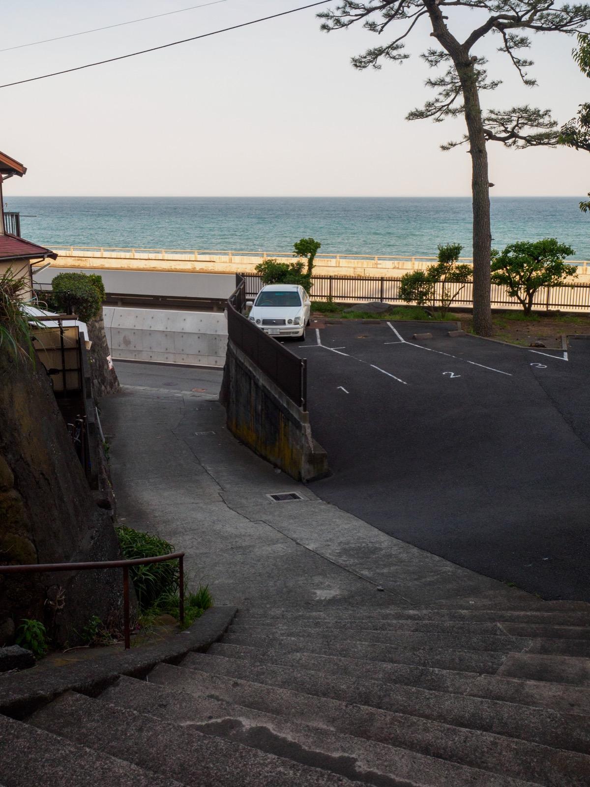 国府津駅から海岸へと下りる坂道