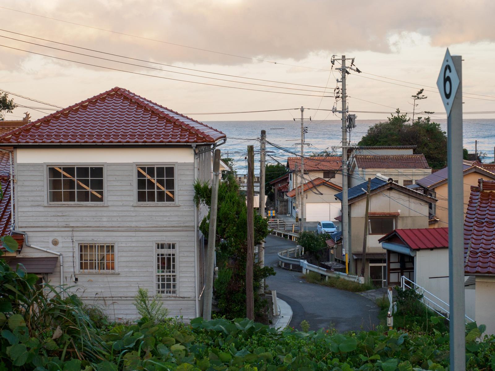 黒松駅から見た旧黒松郵便局と日本海