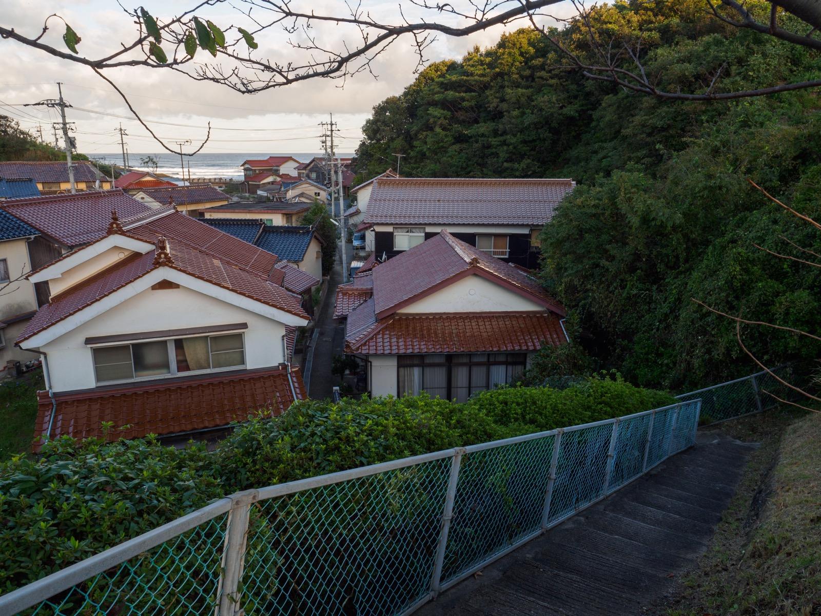 黒松駅前から見下ろす集落