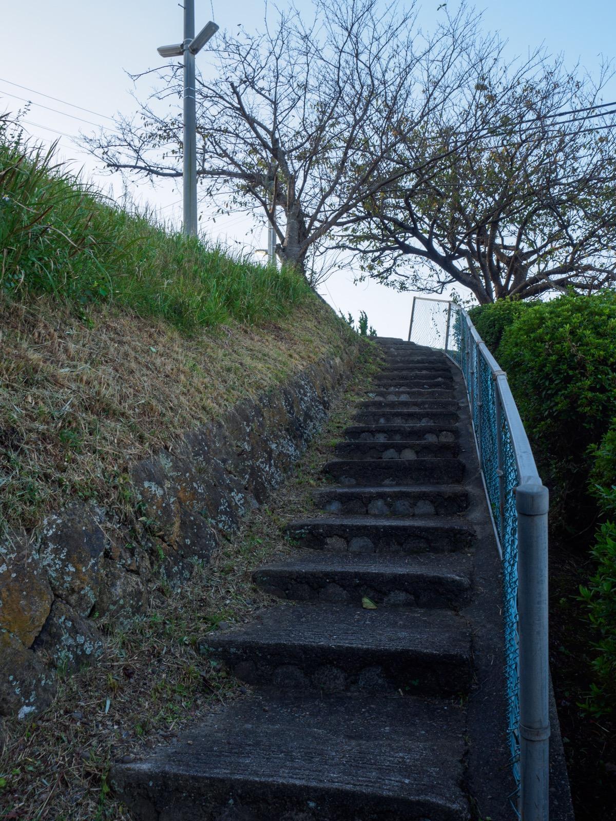 黒松駅へと続く階段