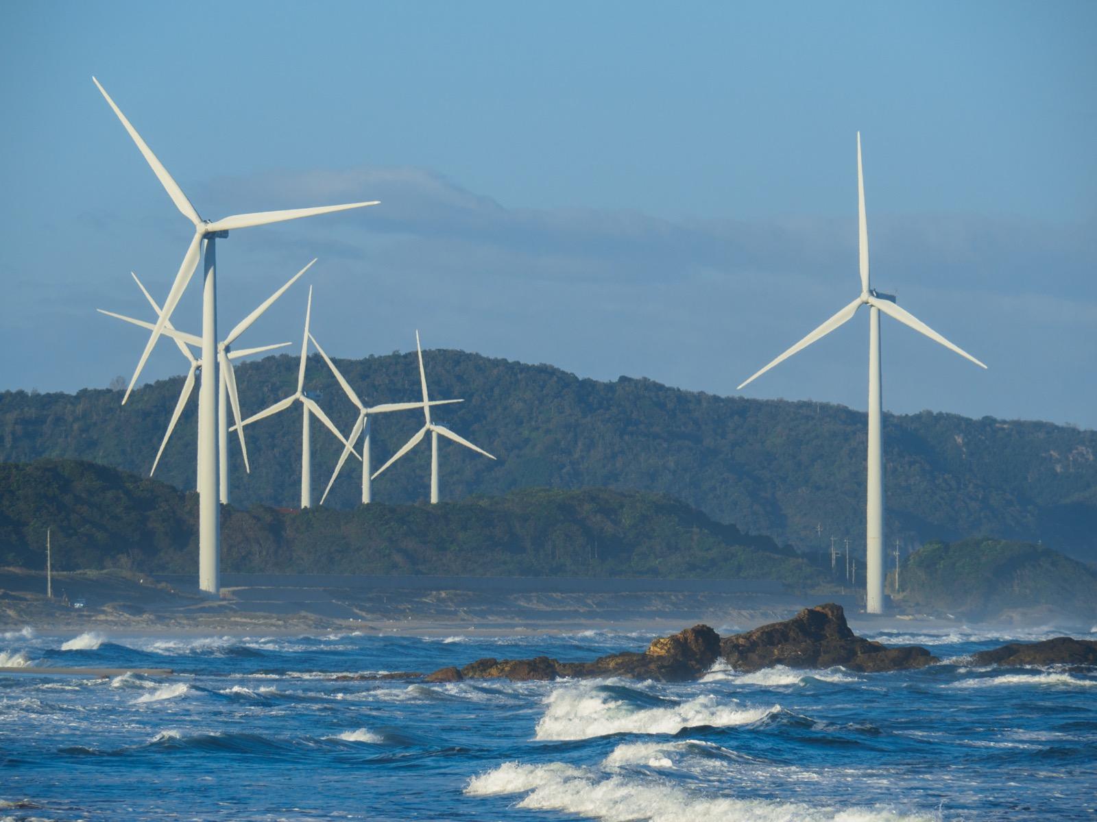 黒松海水浴場から見た江津東ウィンドファーム風力発電所