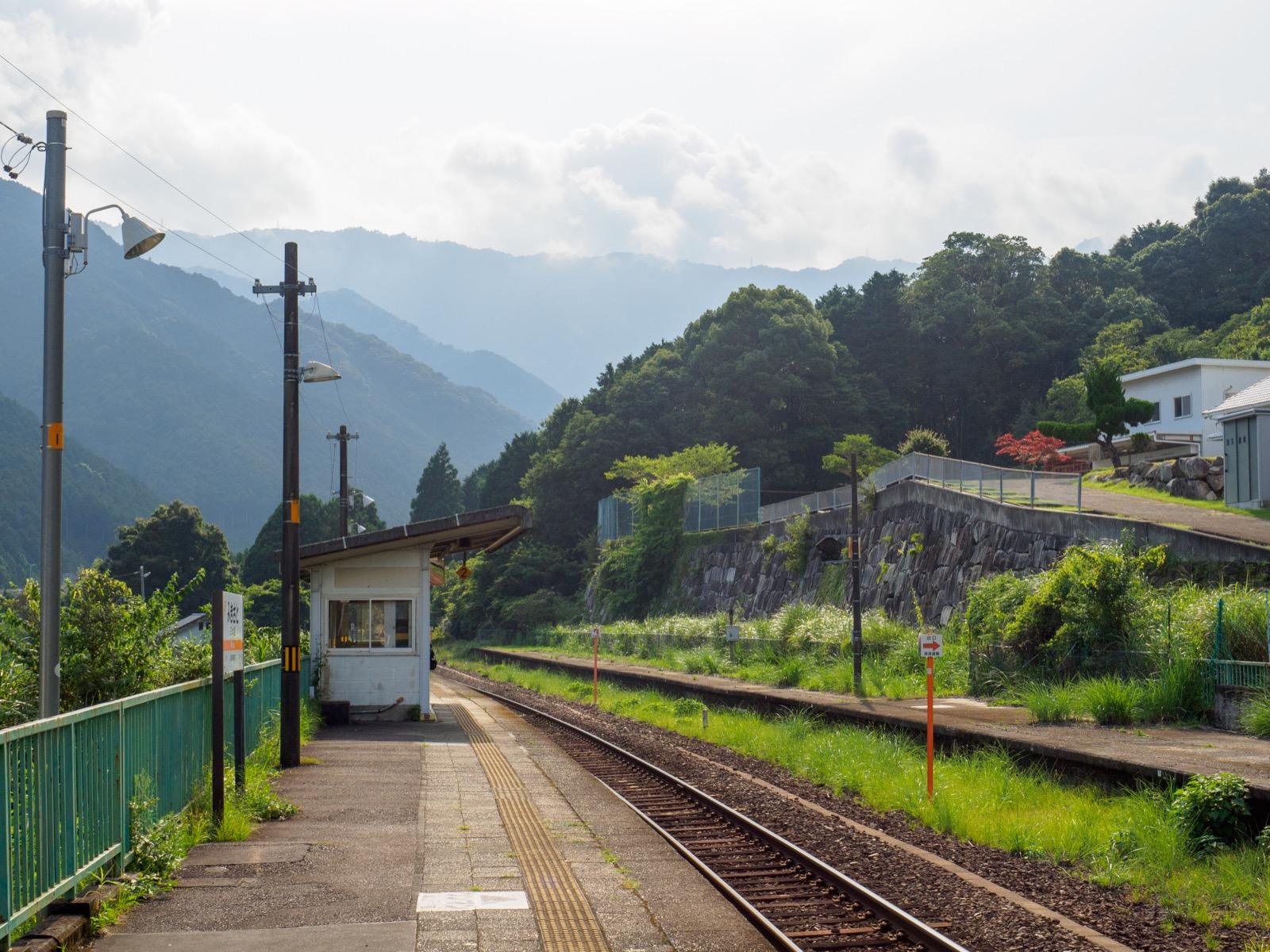 三木里駅のホーム