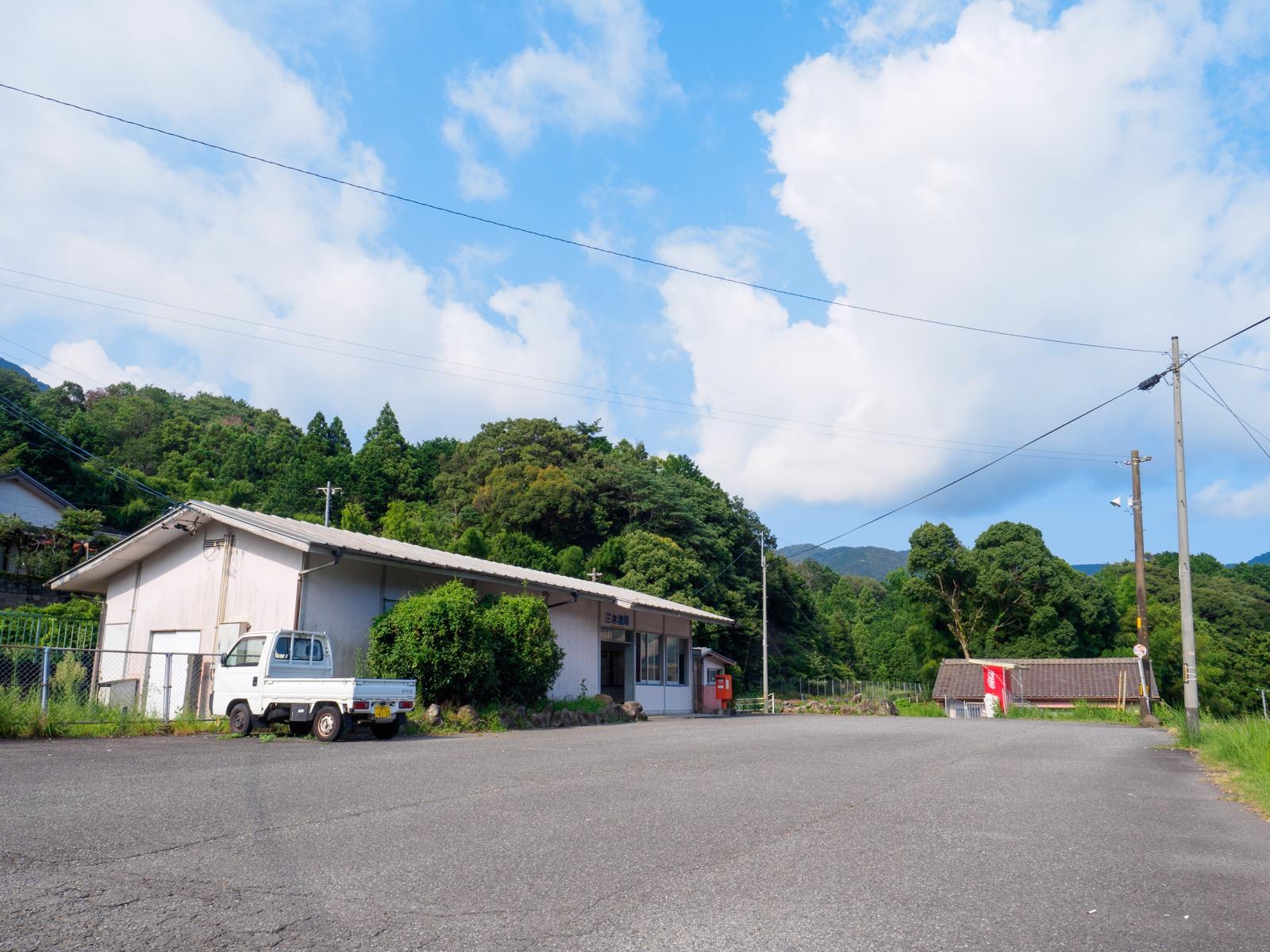 三木里駅の駅舎