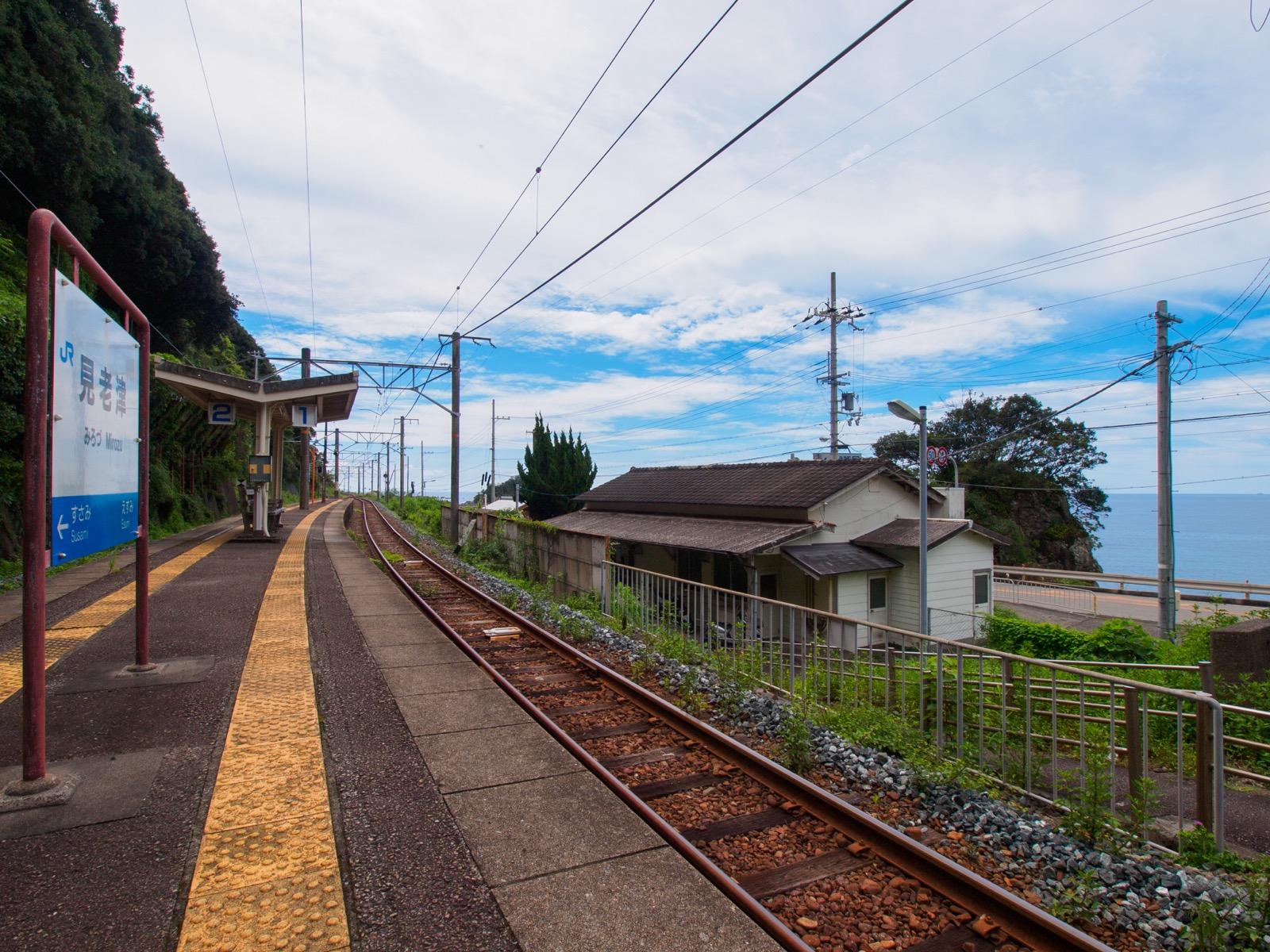見老津駅のホームと駅舎
