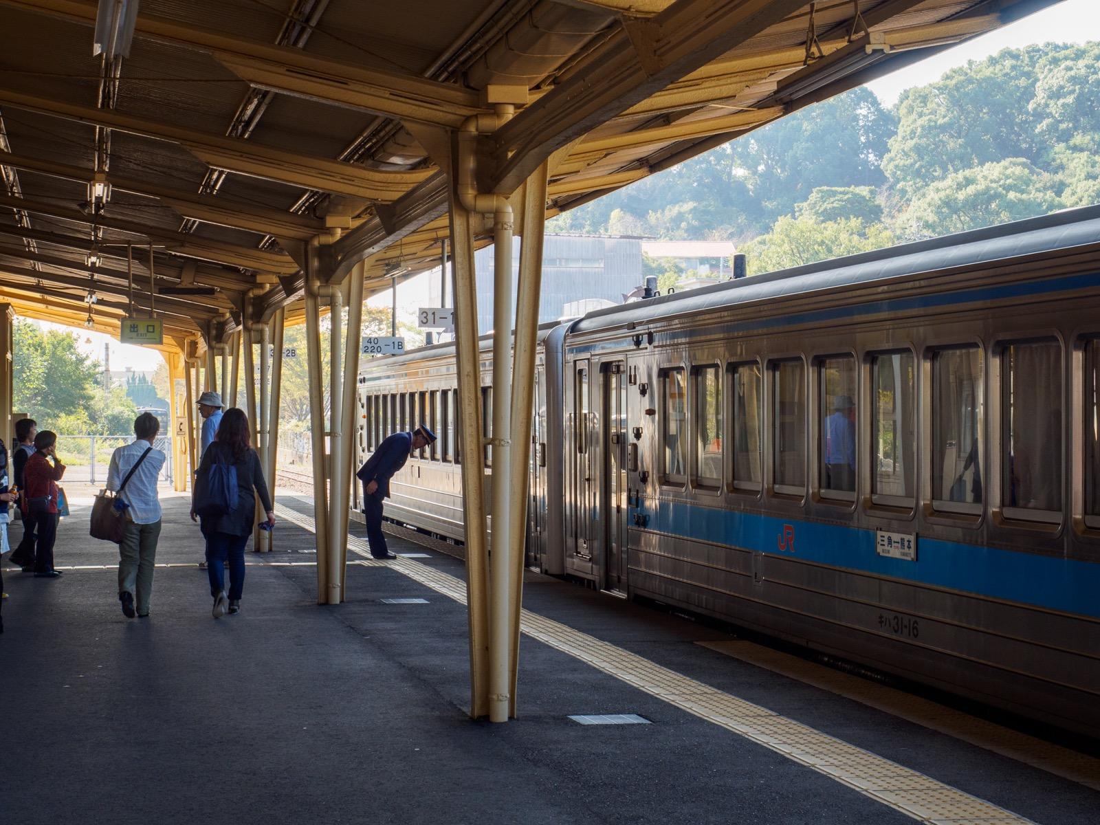 三角駅を発つ普通列車