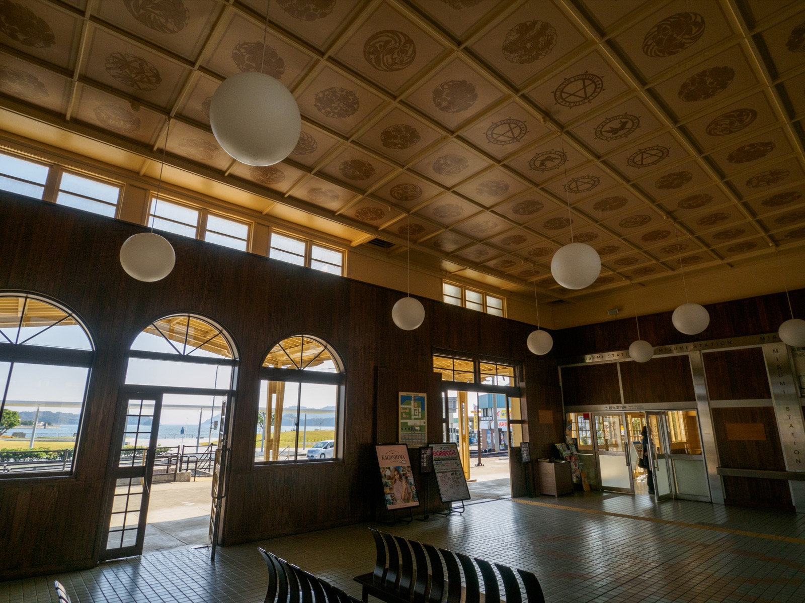 三角駅の駅舎内