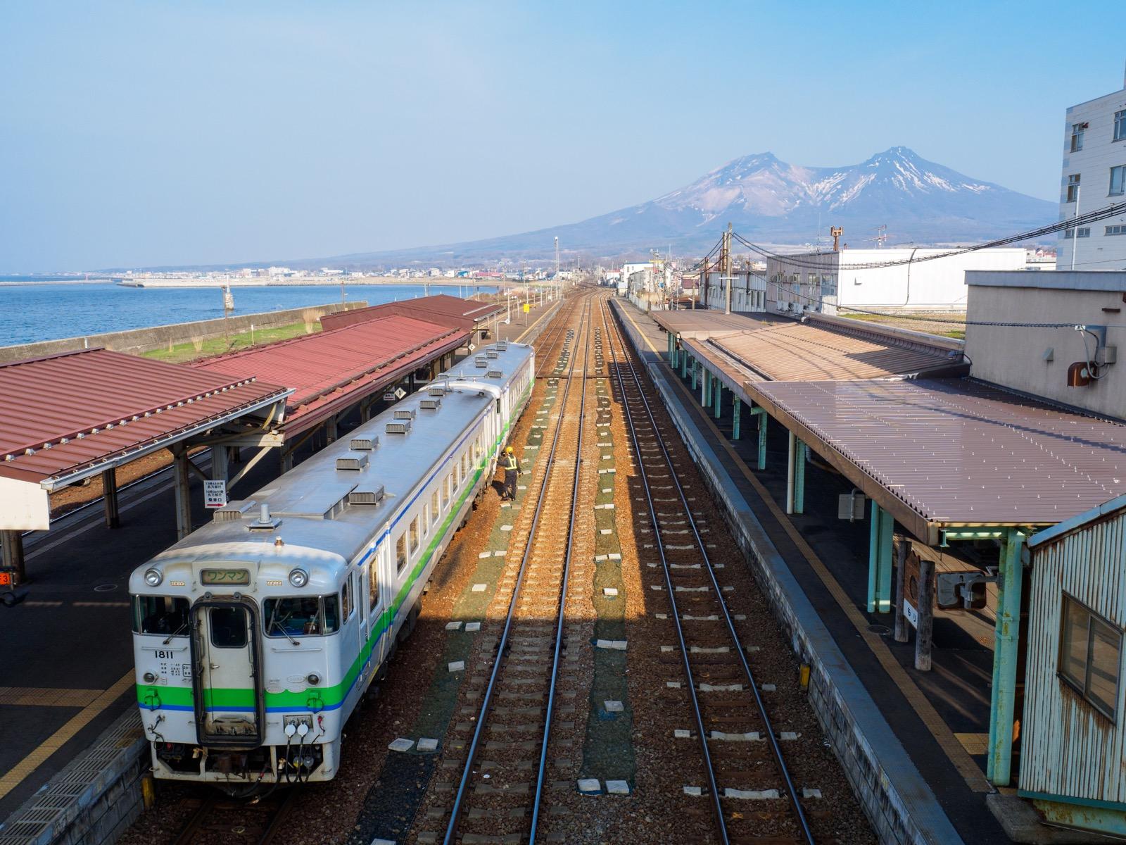 森駅の跨線橋から見た噴火湾(内浦湾)と北海道駒ヶ岳