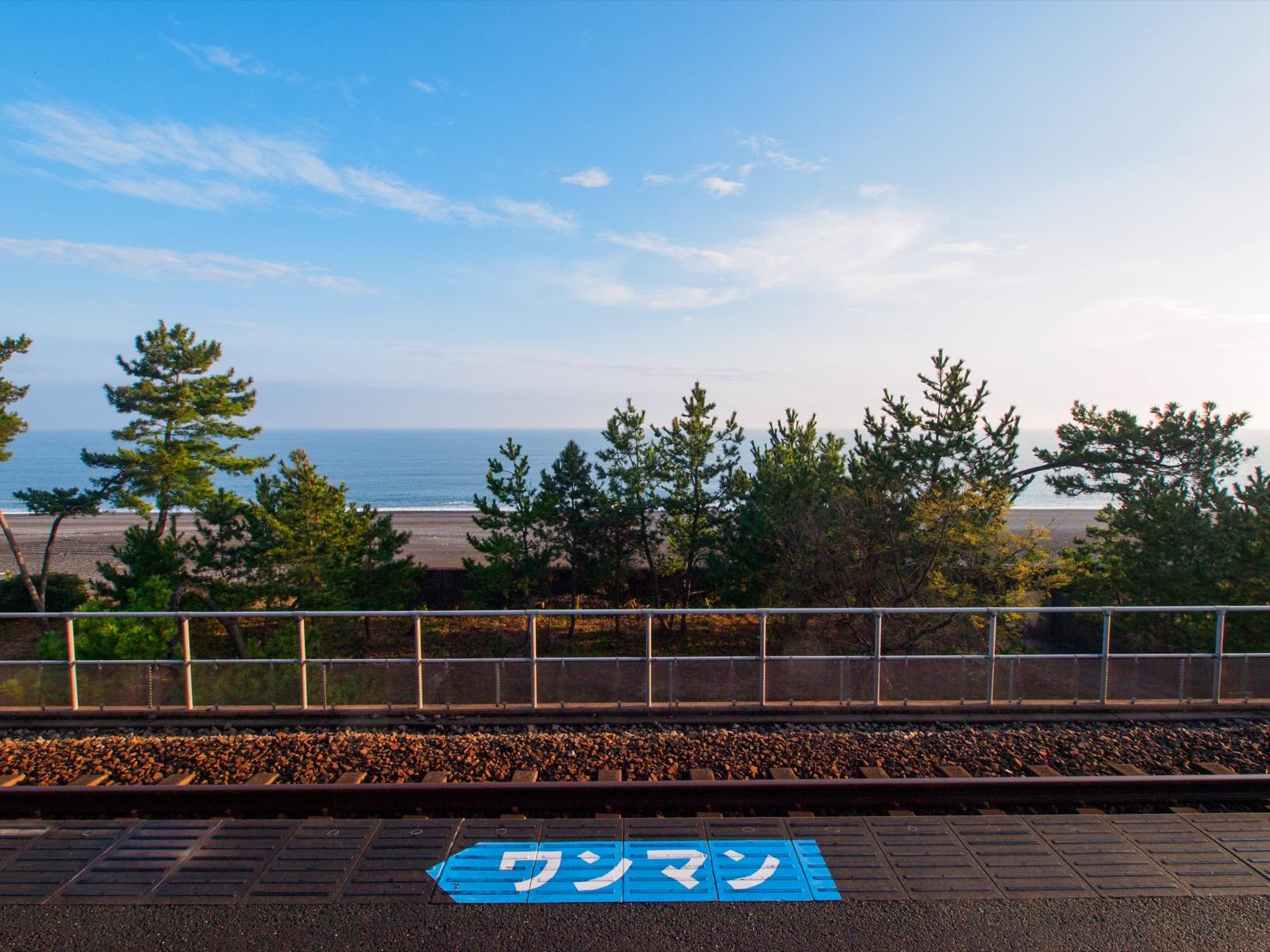 西分駅のホームから見える土佐湾(太平洋)