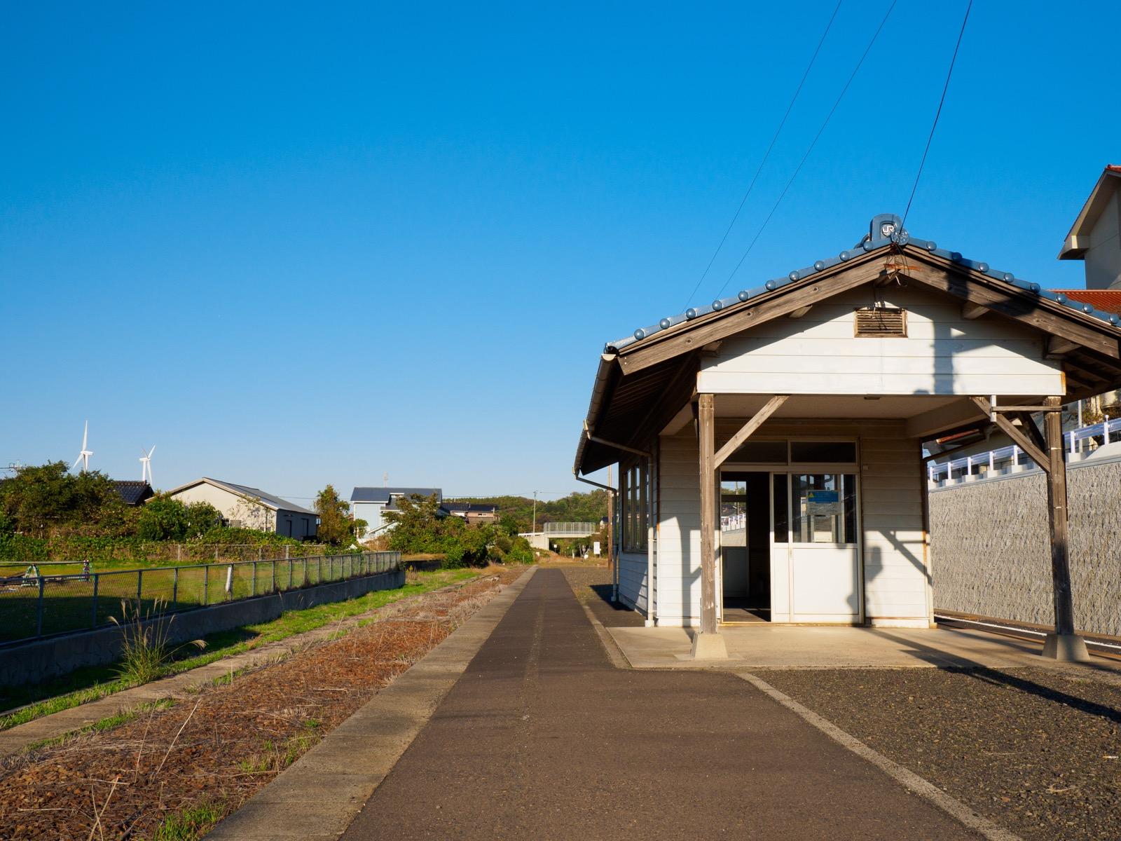 小田駅のホームにある待合室