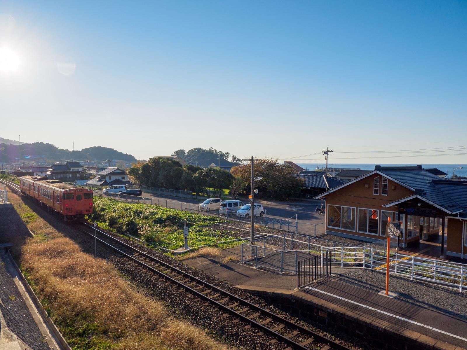 小田駅を発つ列車と日本海