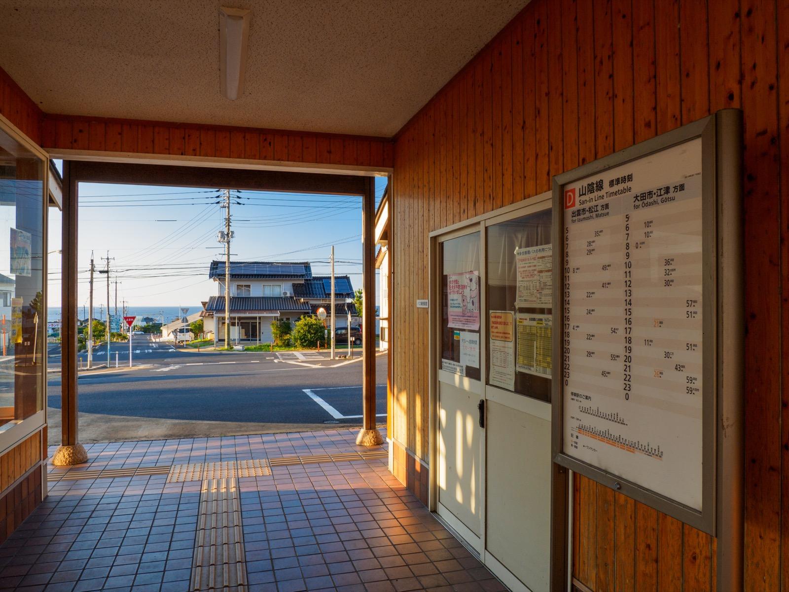 小田駅の出口から見た日本海