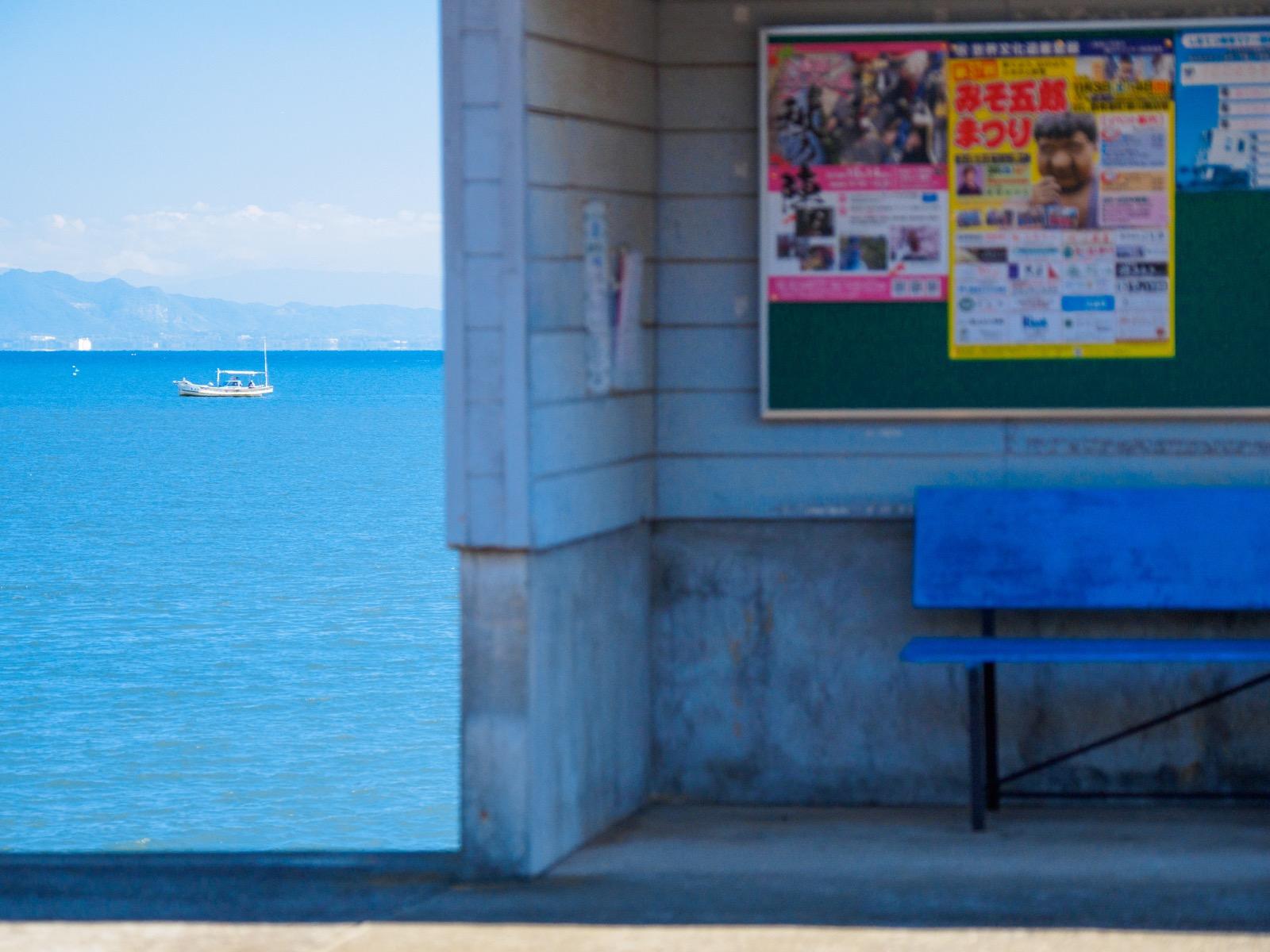 大三東駅のホームから見た、有明海に浮かぶ船