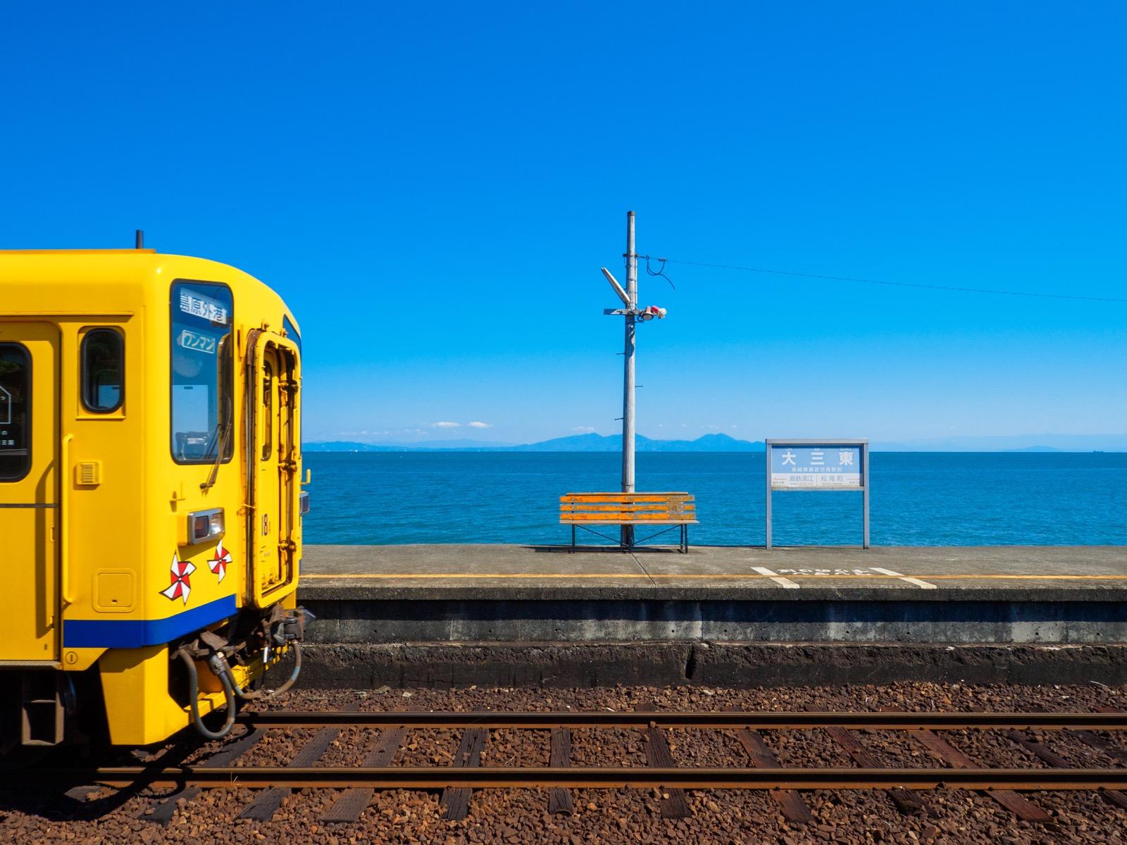 大三東駅のホームから見た有明海と、島原鉄道の黄色い列車