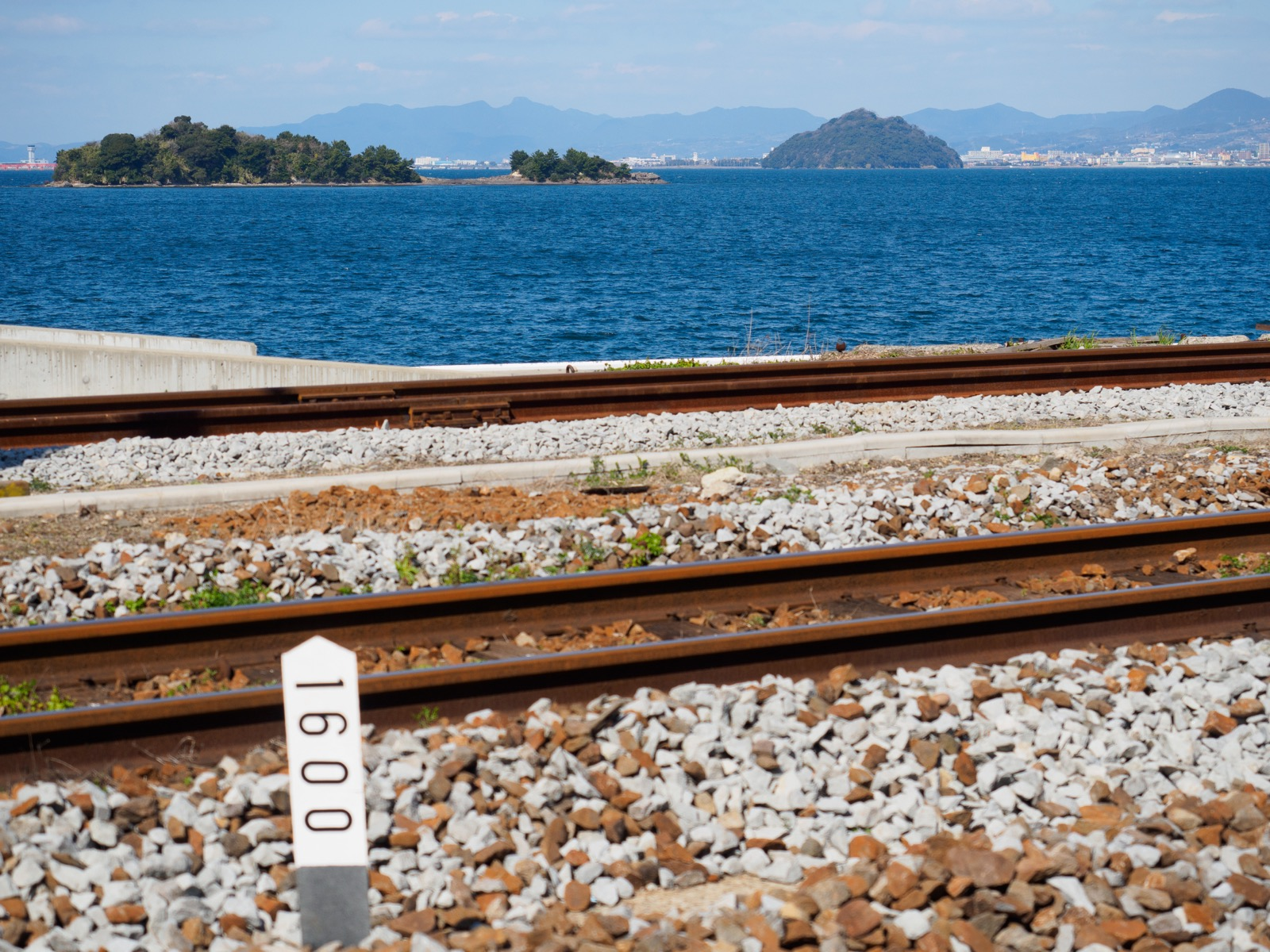 大草駅から見る大村湾の竹島と臼島