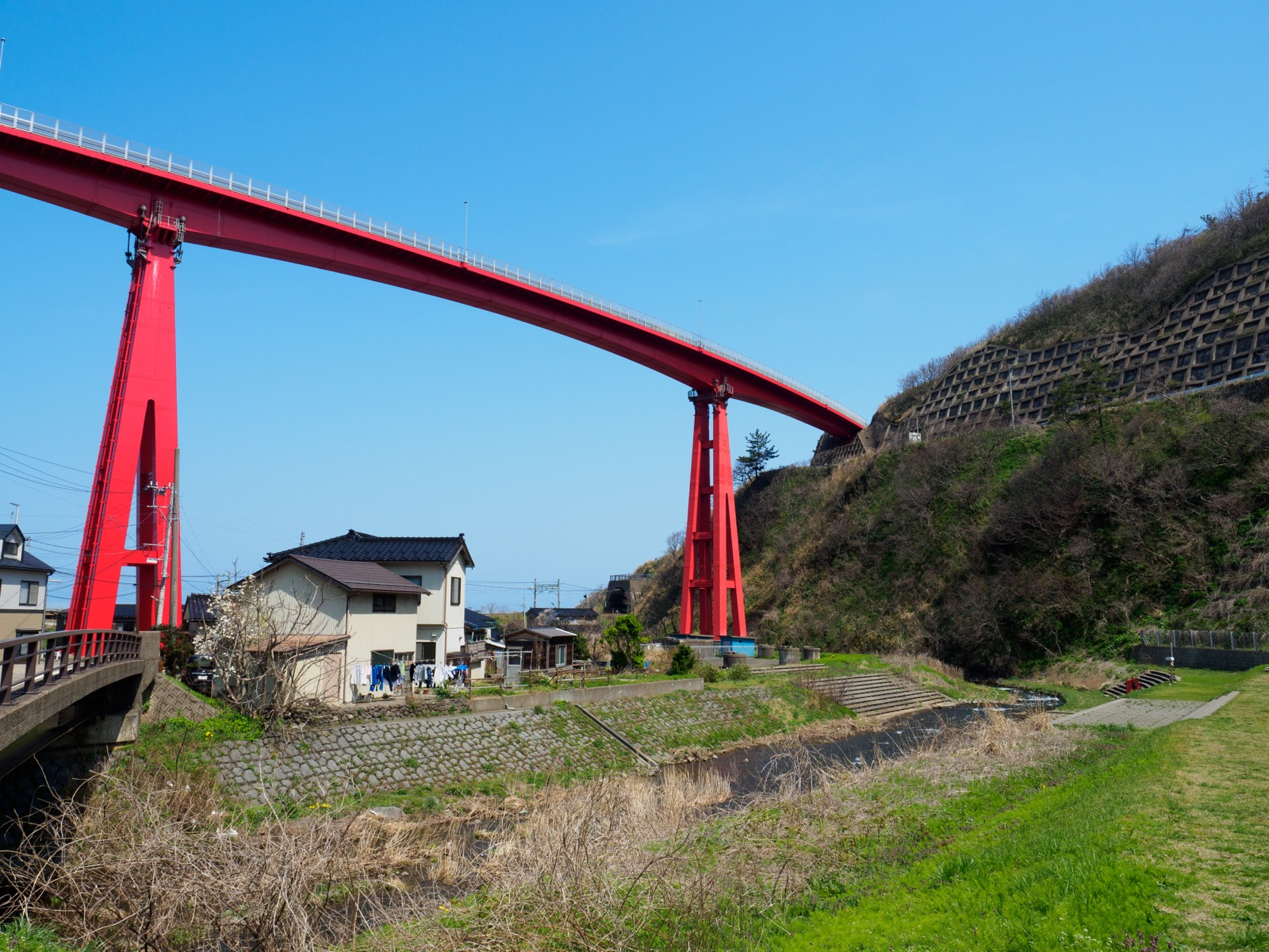 青海川駅の裏にある、米山大橋と谷根川