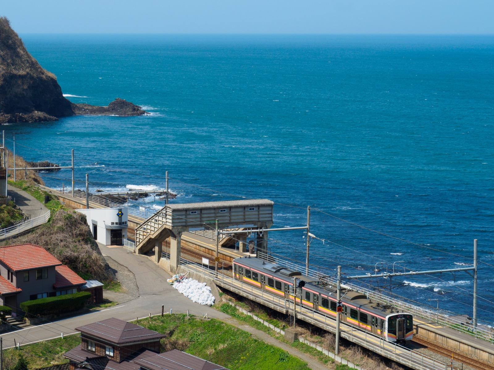 青海川駅そばの高台から見た、青海川駅と日本海