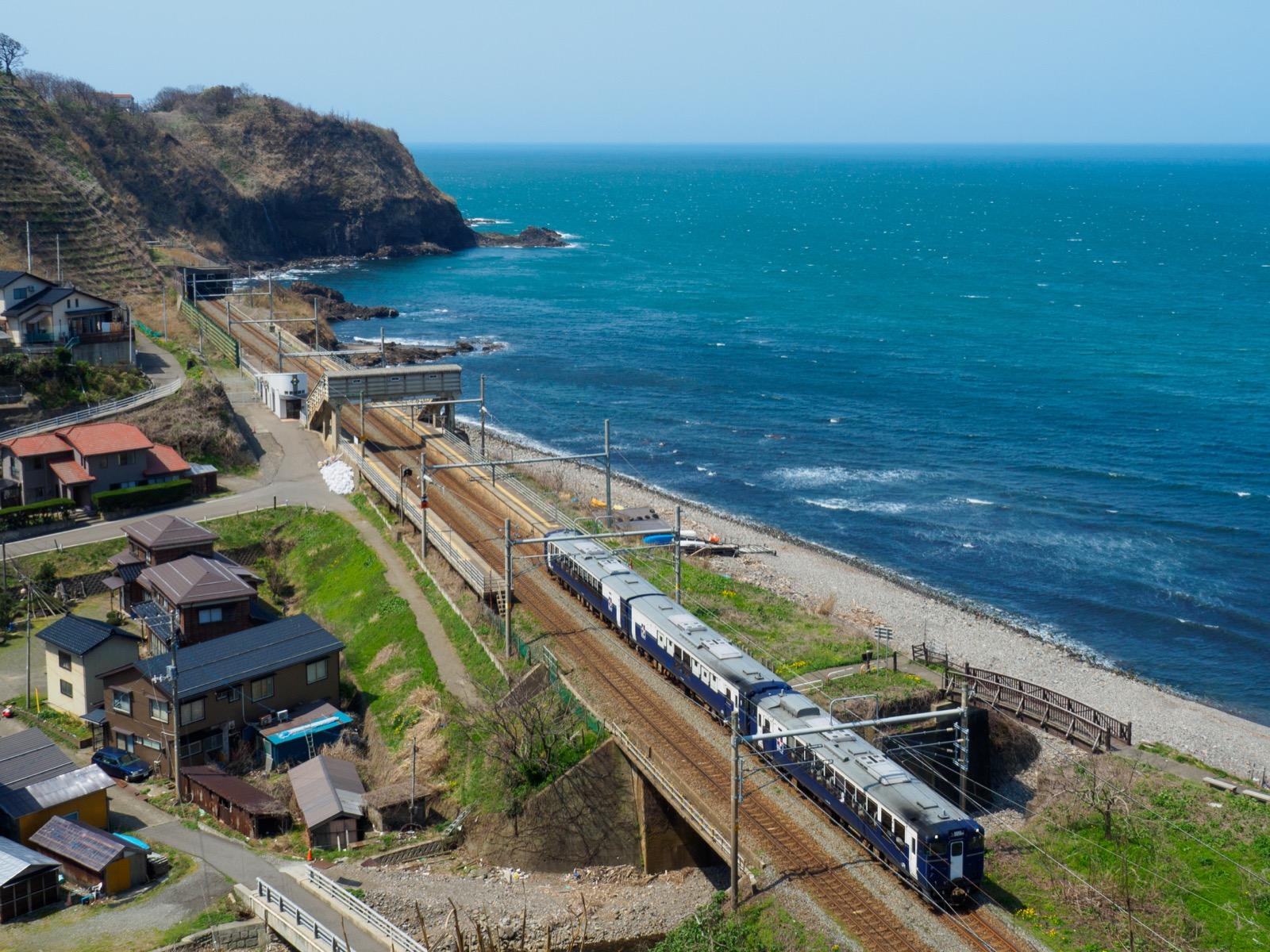 青海川駅そばの高台から見た、青海川駅と観光列車「越乃Shu*Kura」