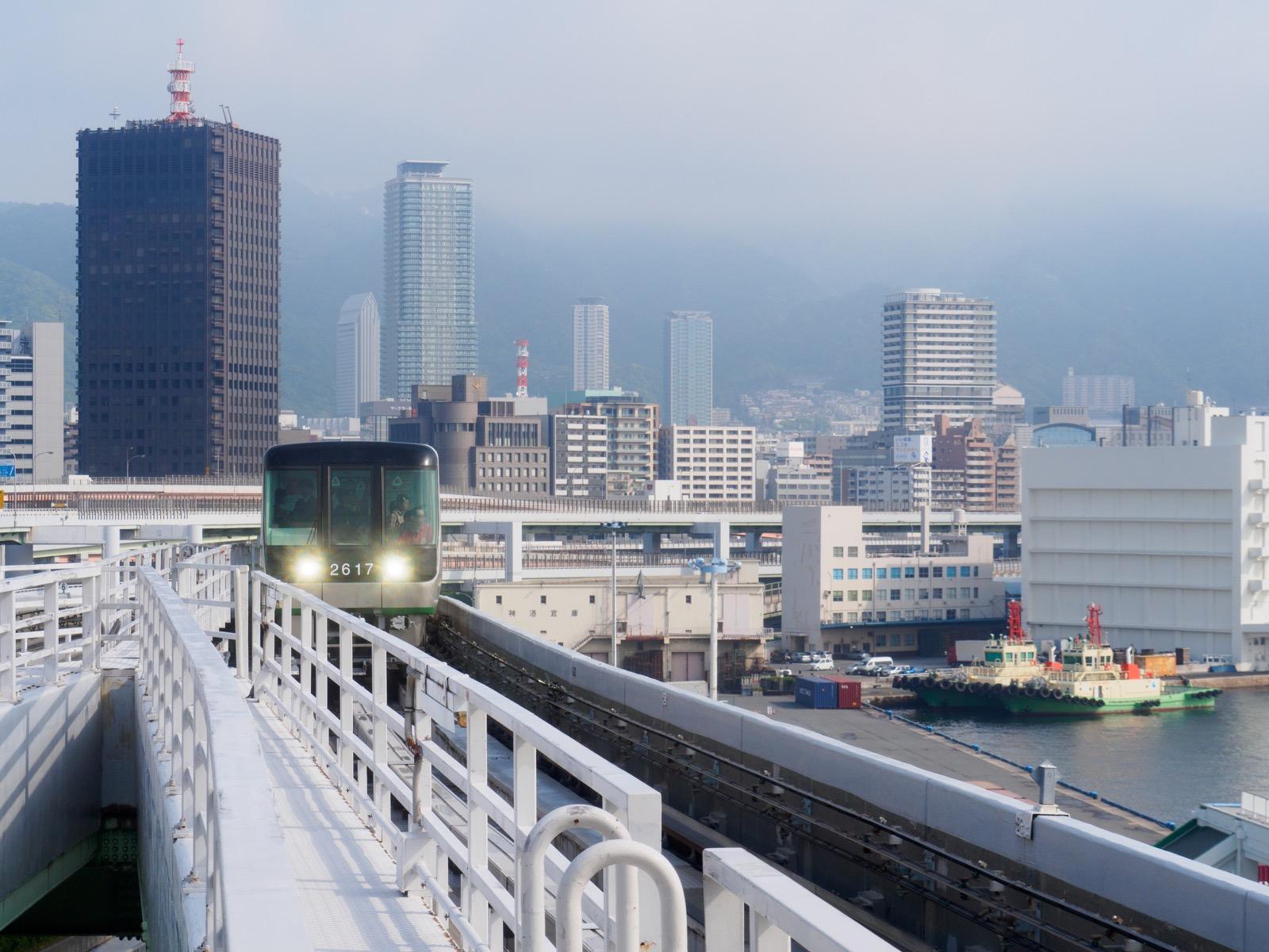 ポートターミナル駅から見た三宮の街並み