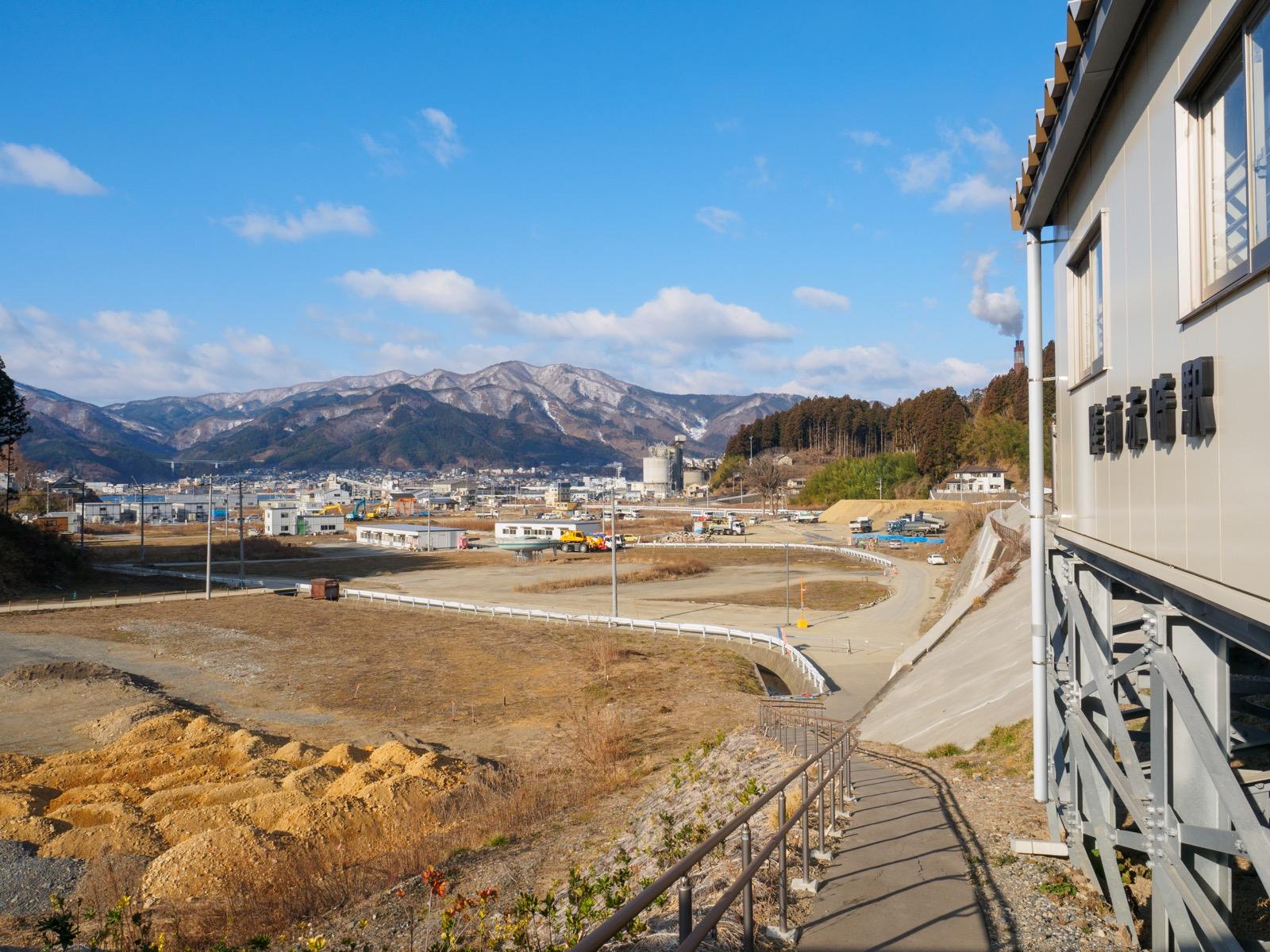 陸前赤崎駅から見た大船渡の市街地と大船渡湾と北上山地