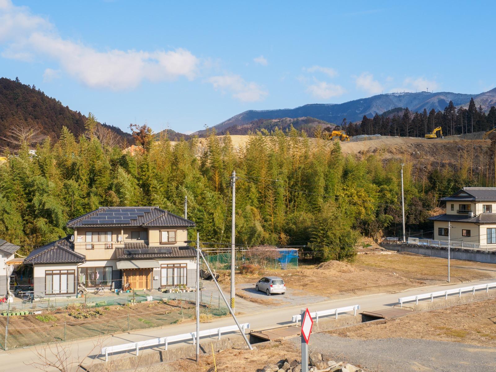 陸前赤崎駅のホームから見た山側の景色