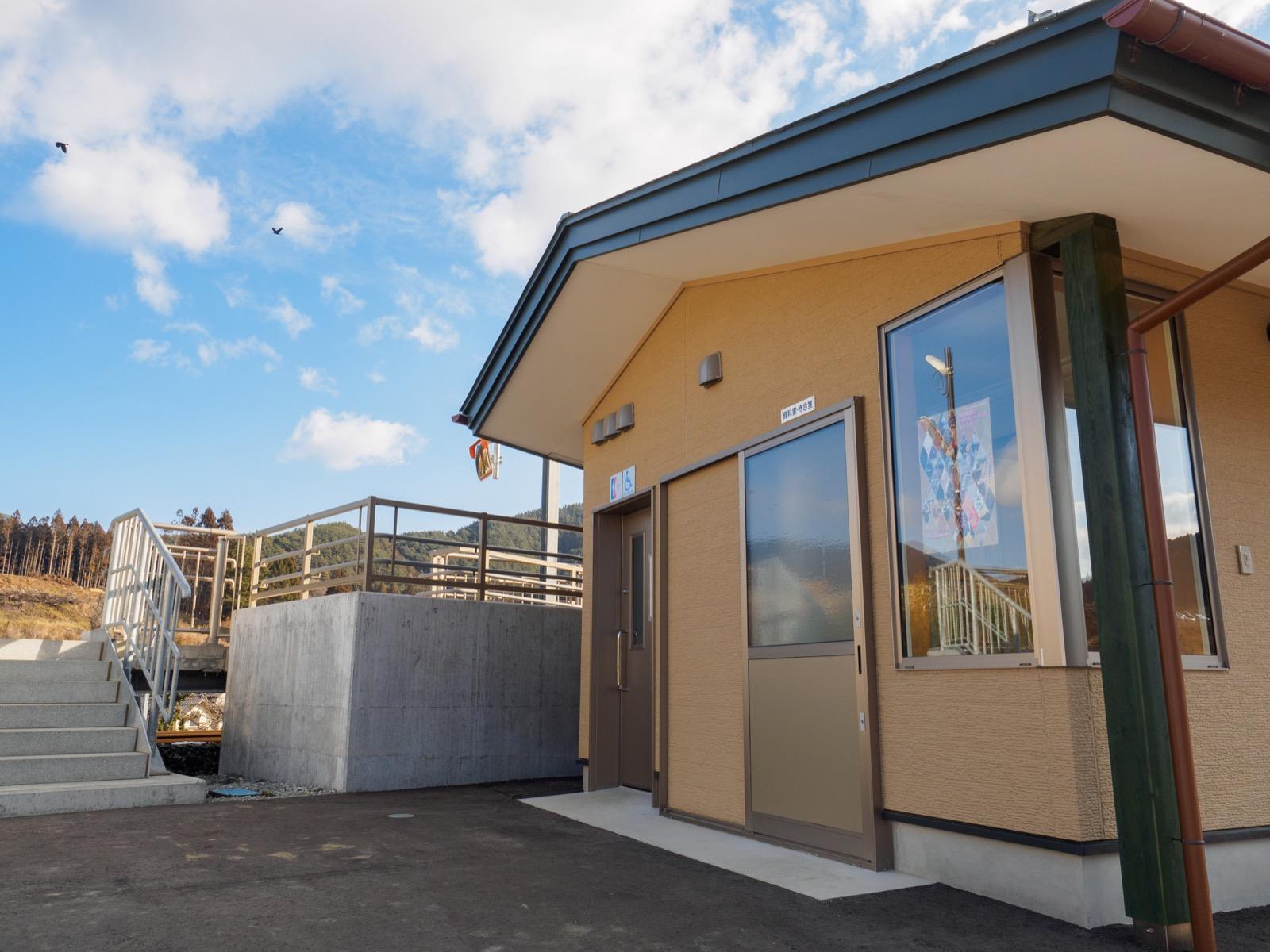 陸前赤崎駅のホーム下の資料室兼待合室