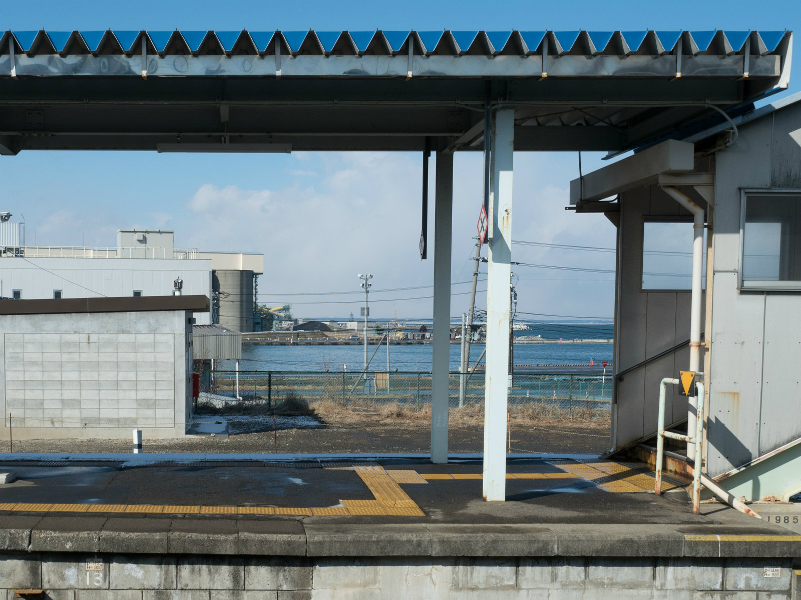 鮫駅のホームと八戸港