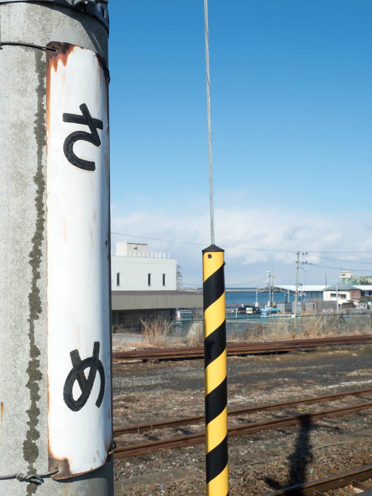鮫駅のホームから見える八戸港