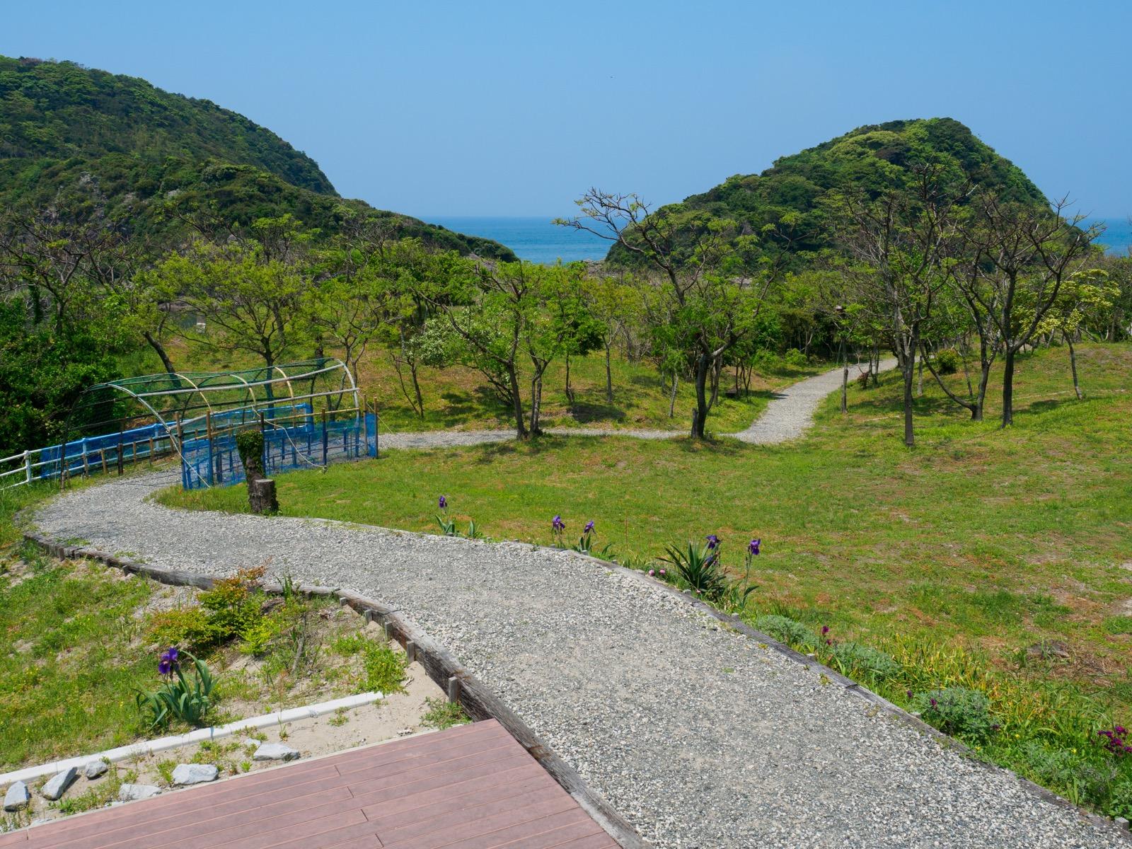 薩摩高城駅のホームから海へと続く遊歩道