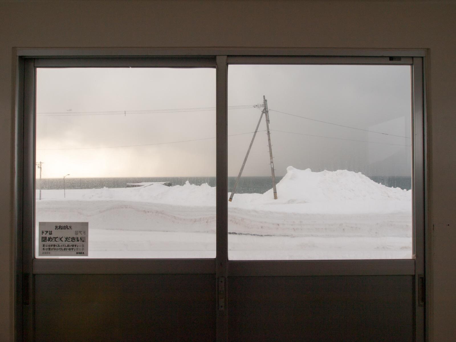 瀬越駅の待合室から見た日本海