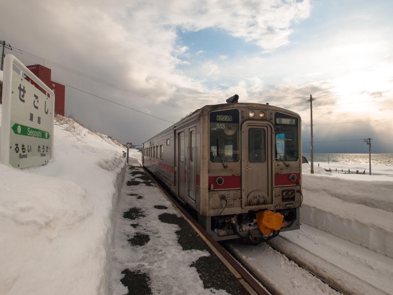 瀬越駅のホームと日本海
