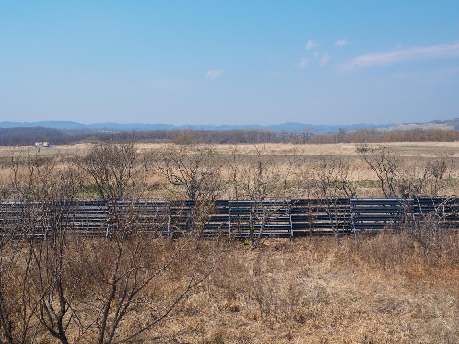 尺別駅の跨線橋から見た山側の景色