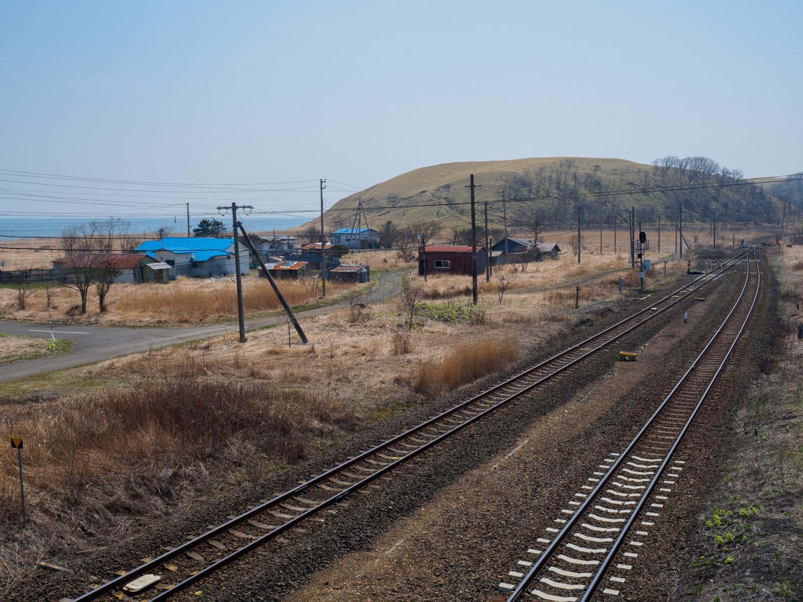 尺別駅の跨線橋から見た集落と海岸