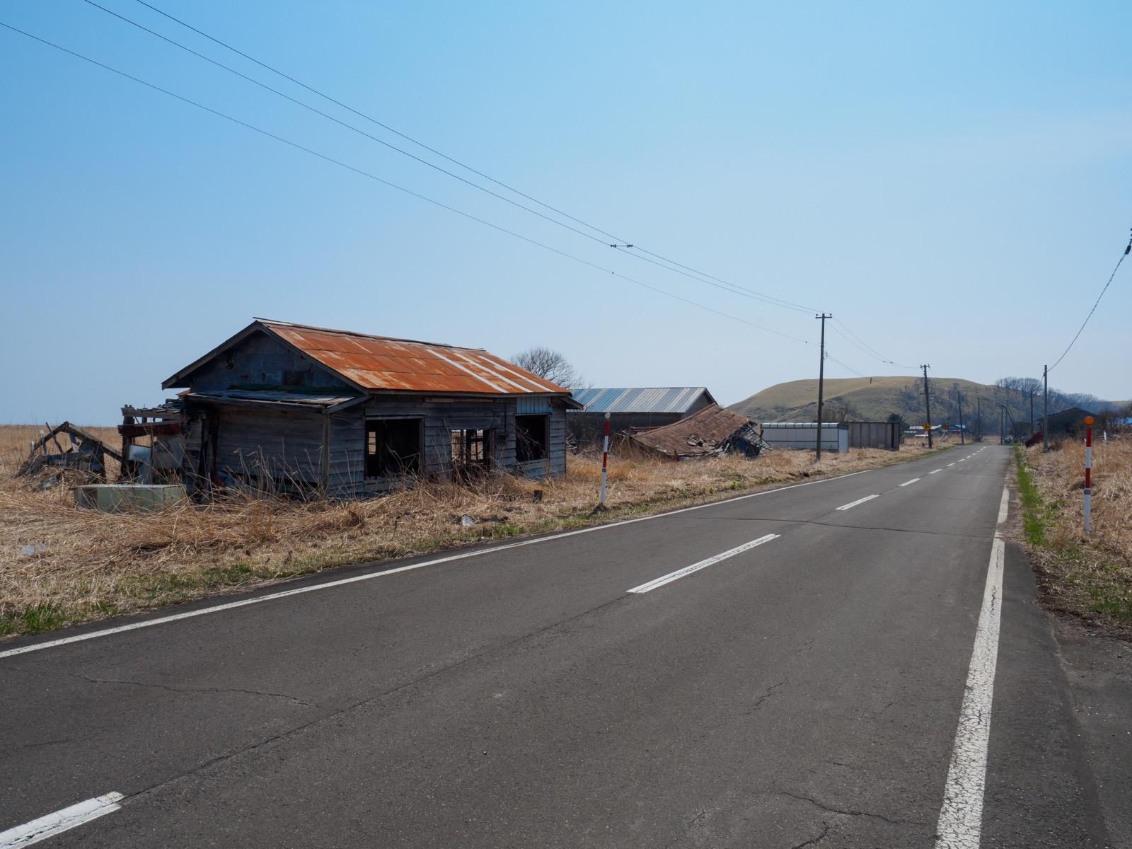 尺別駅前を通る道道361号線と廃屋