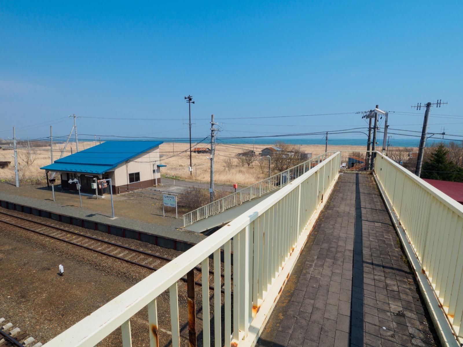 尺別駅の跨線橋から見た太平洋
