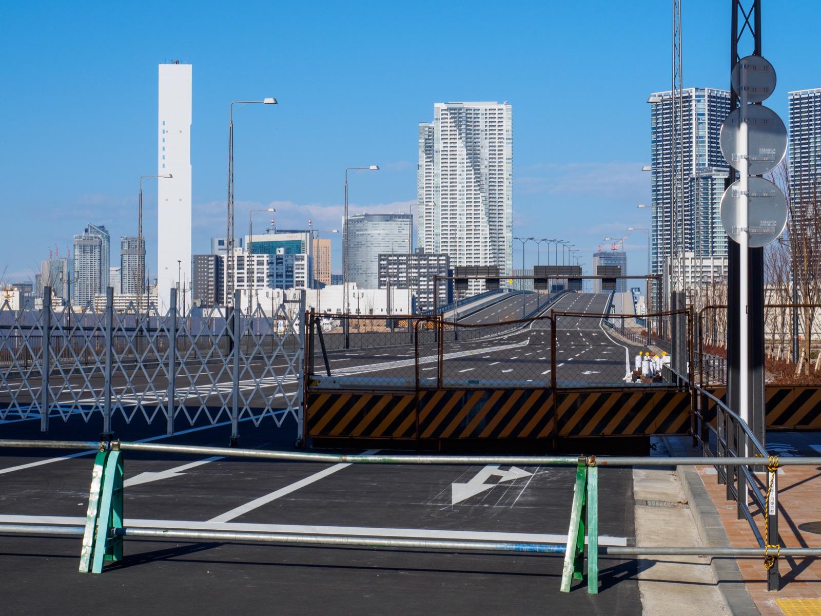 未開通の環状2号線豊洲大橋と勝どき・汐留の町並み