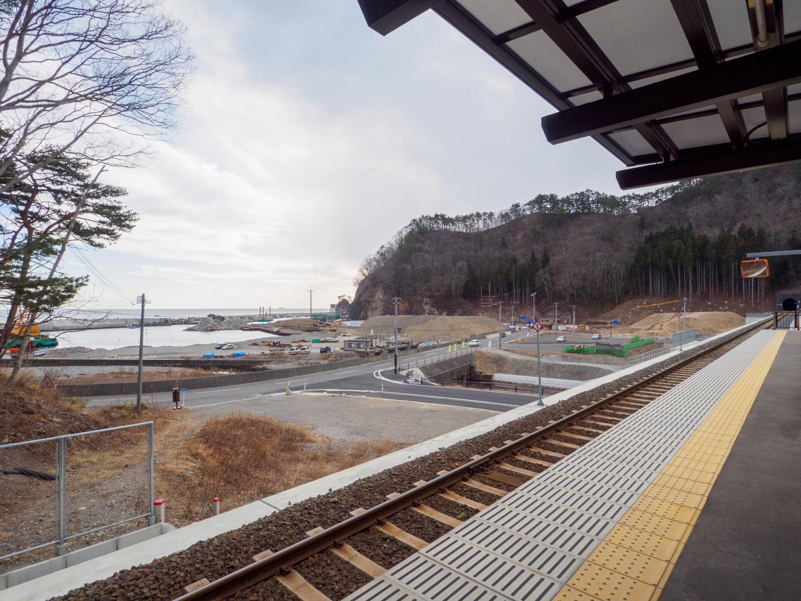 島越駅のホームと旧駅跡