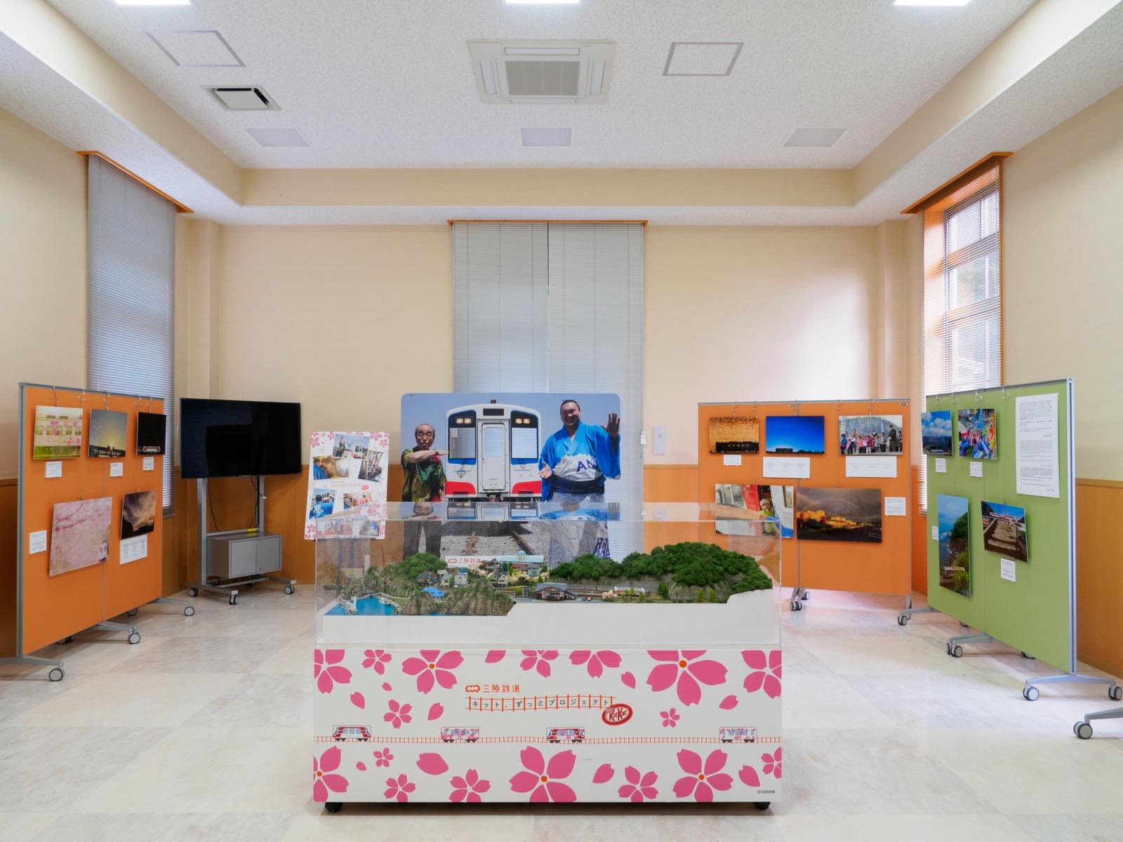 島越駅の駅舎内に展示されたジオラマやパネル