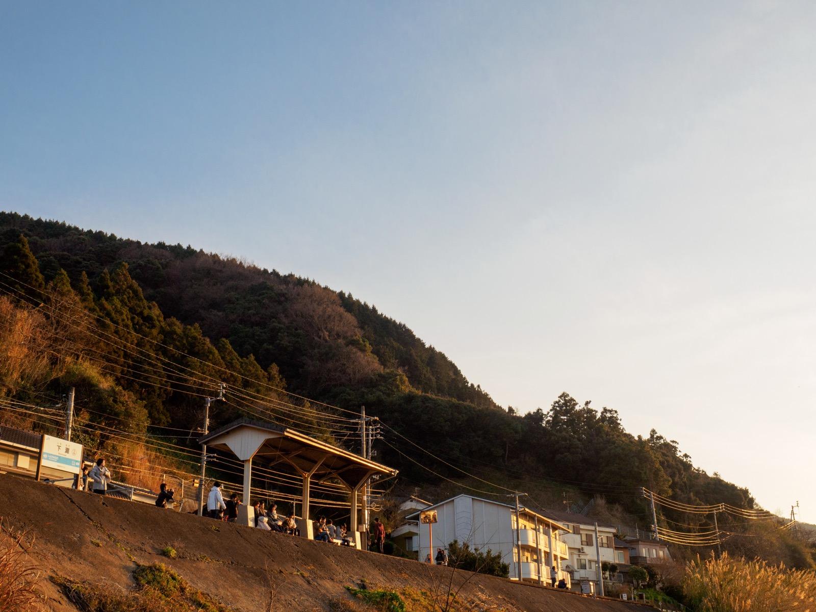 国道378号線から見た下灘駅