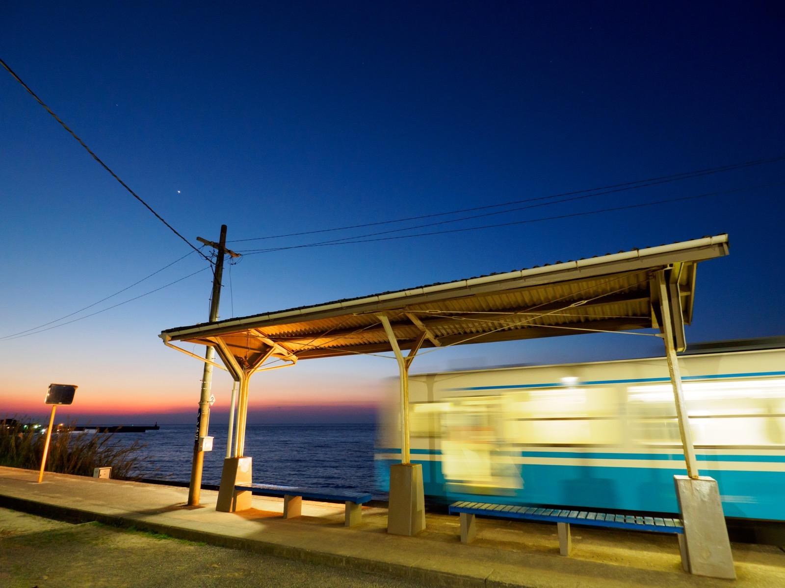夜の下灘駅