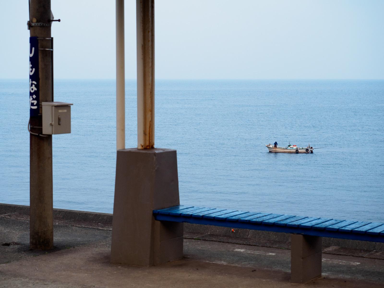 早朝の下灘駅から見た瀬戸内海と漁船