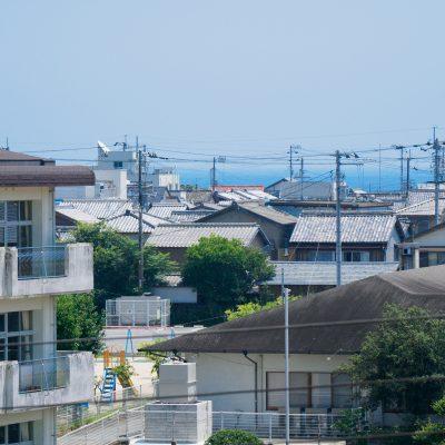 宍喰駅のホームから見た宍喰の街と太平洋