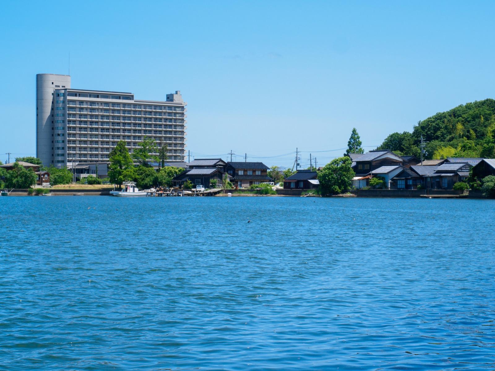 小天橋駅前の突堤から見た久美浜湾と廃墟