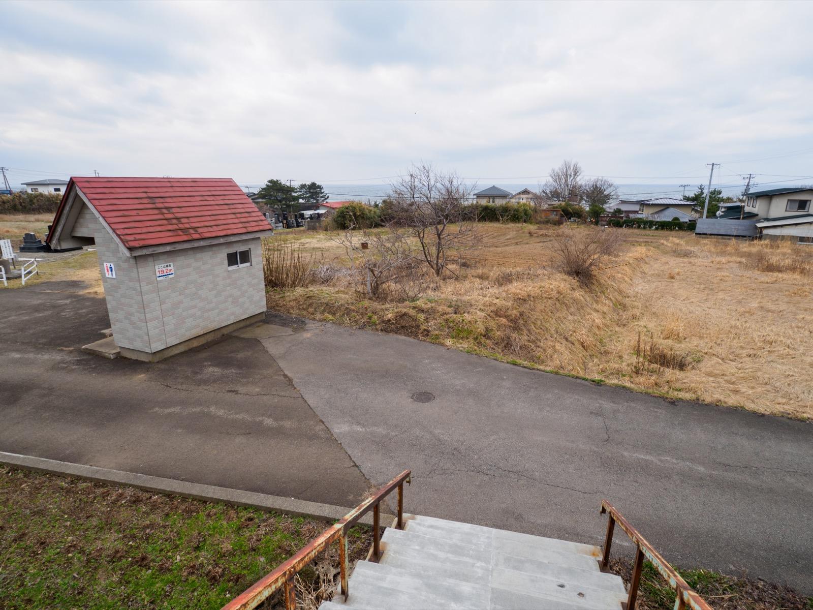 滝ノ間駅の駅前にある空き地とトイレ