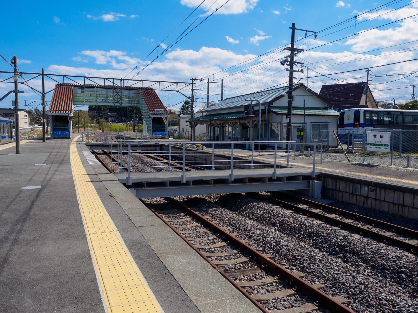 竜田駅のホームに架けられていた連絡橋・足場(2017年4月)