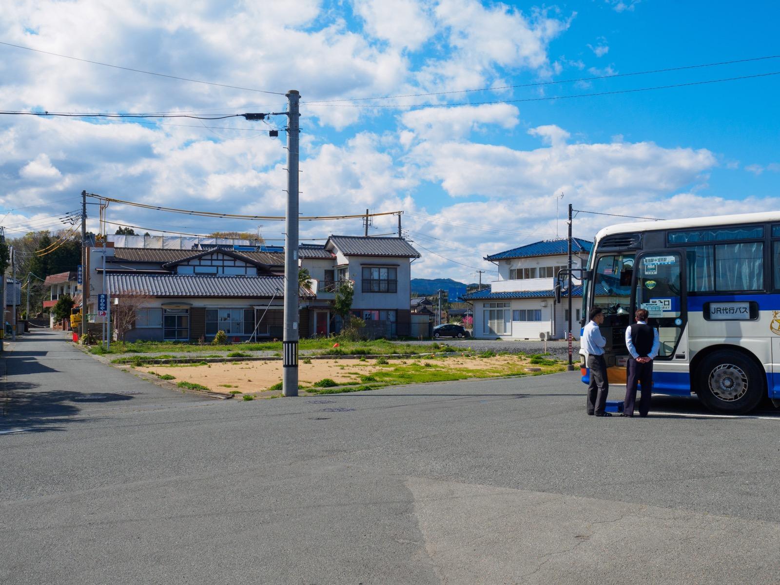 竜田駅の駅前と代行バス(2017年4月)